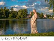 Купить «Беременная женщина на берегу водоема летним вечером», фото № 8464484, снято 31 июля 2015 г. (c) Pukhov K / Фотобанк Лори