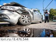 Купить «Инспектор ДПС возле разбитой в ДТП иномарки», фото № 8476544, снято 4 августа 2015 г. (c) Сайганов Александр / Фотобанк Лори