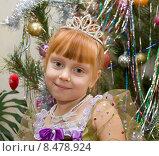 Купить «Счастливый ребенок в костюме принцессы на фоне Новогодней ёлки», фото № 8478924, снято 12 января 2013 г. (c) Олег Хархан / Фотобанк Лори