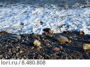 Купить «Морская вода пенится о берег», фото № 8480808, снято 22 августа 2013 г. (c) Игорь Кутателадзе / Фотобанк Лори