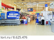 "Купить «Вход в супермаркет ""Перекресток""», эксклюзивное фото № 8625476, снято 18 апреля 2013 г. (c) Алёшина Оксана / Фотобанк Лори"