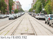 Купить «Парковка машин рядом с трамвайными путями на улице Кржижановского», эксклюзивное фото № 8693192, снято 23 июля 2015 г. (c) Алёшина Оксана / Фотобанк Лори