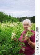 Купить «Женщина в зарослях таволги», фото № 8708280, снято 30 июня 2015 г. (c) Александр Романов / Фотобанк Лори