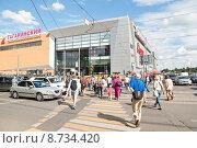 Купить «Люди по зебре переходят улицу Вавилова в Москве», эксклюзивное фото № 8734420, снято 23 июля 2015 г. (c) Алёшина Оксана / Фотобанк Лори
