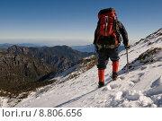 Купить «man walk on snow slap», фото № 8806656, снято 26 мая 2019 г. (c) PantherMedia / Фотобанк Лори