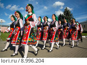 Купить «Болгарские женщины в национальных костюмах идут по городу с флагом страны», фото № 8996204, снято 8 августа 2015 г. (c) Николай Винокуров / Фотобанк Лори