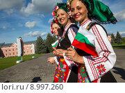 Купить «Болгарские женщины в национальных костюмах идут по городу с флагом страны», фото № 8997260, снято 8 августа 2015 г. (c) Николай Винокуров / Фотобанк Лори