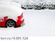 Купить «Red car in the snow», фото № 9091124, снято 20 января 2019 г. (c) PantherMedia / Фотобанк Лори