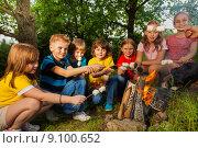 Дети жарят зефирки на костре в походе. Стоковое фото, фотограф Сергей Новиков / Фотобанк Лори