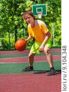 Купить «Мальчик с баскетбольным мячом», фото № 9104348, снято 3 июня 2015 г. (c) Сергей Новиков / Фотобанк Лори