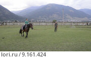 Купить «Инструктор учит ребенка ездить на лошади», эксклюзивный видеоролик № 9161424, снято 7 августа 2015 г. (c) Алексей Бок / Фотобанк Лори