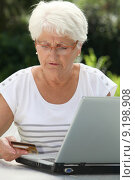 Elderly woman buying online. Стоковое фото, фотограф Fabrice Michaudeau / PantherMedia / Фотобанк Лори