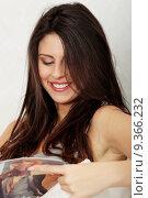 Купить «Young woman reading a magazine», фото № 9366232, снято 22 июля 2019 г. (c) PantherMedia / Фотобанк Лори