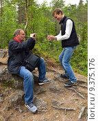 Купить «Отец и сын фотографируют друг друга на телефон и планшет на природе в пасмурный день», фото № 9375176, снято 8 июля 2015 г. (c) Валерия Попова / Фотобанк Лори