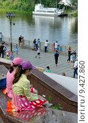 Купить «Город Тюмень. Две девочки сидят на гранитной набережной. Река Тура», фото № 9427860, снято 20 июня 2015 г. (c) Александр Тараканов / Фотобанк Лори