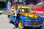 Радостная девушка на фоне легендарного автомобиля «Победа» ГАЗ-М-20, фото № 9428672, снято 21 июня 2015 г. (c) Александр Тараканов / Фотобанк Лори
