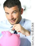 Купить «businessman matting a coin in the piggy-shaped pink pig», фото № 9453064, снято 22 июля 2019 г. (c) PantherMedia / Фотобанк Лори