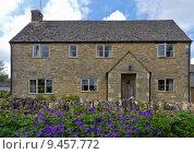 Купить «Cottage with flowers in Upper Slaughter, Cotswolds, UK», фото № 9457772, снято 26 июня 2019 г. (c) PantherMedia / Фотобанк Лори