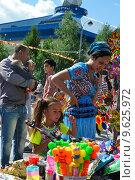 Купить «Тюмень. Женщина выбирает подарок для дочери.», фото № 9625972, снято 25 июля 2015 г. (c) Александр Тараканов / Фотобанк Лори