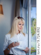 Купить «business woman drinking and staring out of window», фото № 9724892, снято 23 февраля 2019 г. (c) PantherMedia / Фотобанк Лори