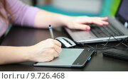 Женская рука иллюстратора держит световое перо графического планшета. Стоковое видео, видеограф Кекяляйнен Андрей / Фотобанк Лори
