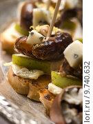 Купить «Appetizer Plate with Dactyl, Pecan nuts and Cheese», фото № 9740632, снято 11 июля 2020 г. (c) PantherMedia / Фотобанк Лори