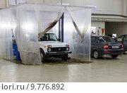 Купить «Автомобили на ремонте в автосервисе. Зона покраски», фото № 9776892, снято 1 июля 2015 г. (c) Евгений Ткачёв / Фотобанк Лори