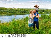 Купить «Муж и жена целуются на берегу реки», фото № 9780868, снято 15 августа 2015 г. (c) Зобков Георгий / Фотобанк Лори