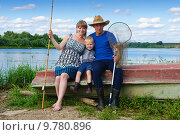 Купить «Портрет семьи на берегу реки», фото № 9780896, снято 15 августа 2015 г. (c) Зобков Георгий / Фотобанк Лори
