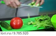 Приготовление салата из огурцов. помидоров и салатных листьев. Стоковое видео, видеограф Кекяляйнен Андрей / Фотобанк Лори