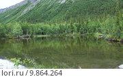 Купить «Красивое лесное озеро в долине реки Кунийок. Горный массив Хибины, Мурманская область», видеоролик № 9864264, снято 6 августа 2015 г. (c) Кекяляйнен Андрей / Фотобанк Лори