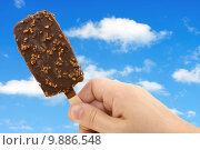 Купить «ice cream in the hand », фото № 9886548, снято 17 июня 2019 г. (c) PantherMedia / Фотобанк Лори