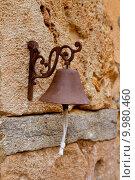 Купить «Aged rusty iron little bell hanging from stone wall», фото № 9980460, снято 7 декабря 2019 г. (c) PantherMedia / Фотобанк Лори