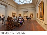 Японские туристы смотрят на портрет Наполеона в музее (2015 год). Редакционное фото, фотограф Владимир Горощенко / Фотобанк Лори