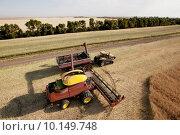 Купить «Harvester with Grain Cart», фото № 10149748, снято 22 августа 2018 г. (c) PantherMedia / Фотобанк Лори