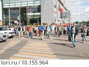 Купить «Люди на пешеходном переходе через улицу Вавилова в Москве», эксклюзивное фото № 10155964, снято 23 июля 2015 г. (c) Алёшина Оксана / Фотобанк Лори