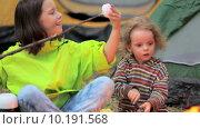 Купить «Дети жарят зефир на огне», видеоролик № 10191568, снято 16 августа 2015 г. (c) Tatiana Kravchenko / Фотобанк Лори