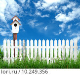 Купить «birdhouse with white fence and blue sky», фото № 10249356, снято 19 июля 2018 г. (c) PantherMedia / Фотобанк Лори