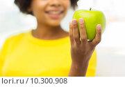 Купить «happy african american woman with green apple», фото № 10300908, снято 4 июня 2015 г. (c) Syda Productions / Фотобанк Лори