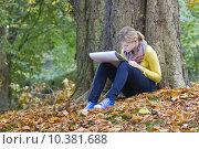 Lovely girl drawing in the park . Стоковое фото, фотограф Miroslawa Drozdowski / PantherMedia / Фотобанк Лори