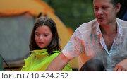 Купить «Семья на отдыхе в лесу», видеоролик № 10424252, снято 16 августа 2015 г. (c) Tatiana Kravchenko / Фотобанк Лори