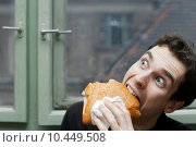 Man eating with silly expression. Стоковое фото, фотограф Péter Gudella / PantherMedia / Фотобанк Лори