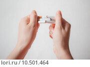 Руки ломают сигареты. Отказ от курения. Стоковое фото, фотограф Иван Карпов / Фотобанк Лори