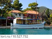 Кораблик у берега в Адриатическом море в городе Стон, Хорватия (2015 год). Редакционное фото, фотограф Дмитрий Девин / Фотобанк Лори