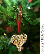 Купить «Golden heart ornament hanging on a Christmas tree», фото № 10675696, снято 19 октября 2019 г. (c) PantherMedia / Фотобанк Лори