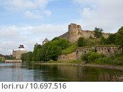 Купить «Две крепости - Ивангород и Нарва», фото № 10697516, снято 9 августа 2015 г. (c) Юлия Бабкина / Фотобанк Лори
