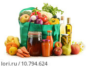 Купить «Green shopping bag with grocery products on white background», фото № 10794624, снято 1 апреля 2020 г. (c) PantherMedia / Фотобанк Лори