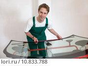 Купить «Worker in glazier's workshop preparing sealing for windscreen», фото № 10833788, снято 13 июля 2020 г. (c) PantherMedia / Фотобанк Лори