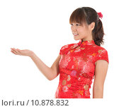 Купить «Chinese cheongsam girl showing empty palm», фото № 10878832, снято 16 июня 2019 г. (c) PantherMedia / Фотобанк Лори