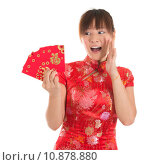 Купить «Surprise Chinese cheongsam girl holding red packets», фото № 10878880, снято 16 июня 2019 г. (c) PantherMedia / Фотобанк Лори